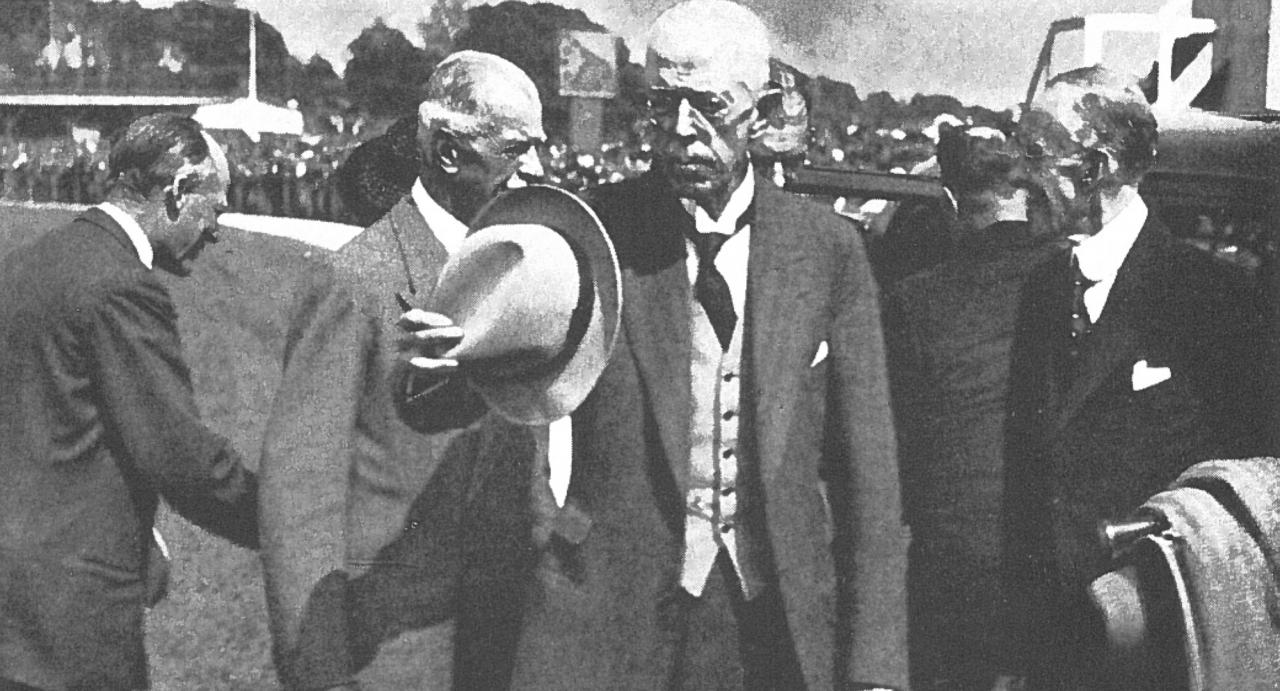 Gustaf V fanns ofta på plats på Åby under somrarna. Och på lördag tävlas det om hans pokal. Faksimil Åbytravet