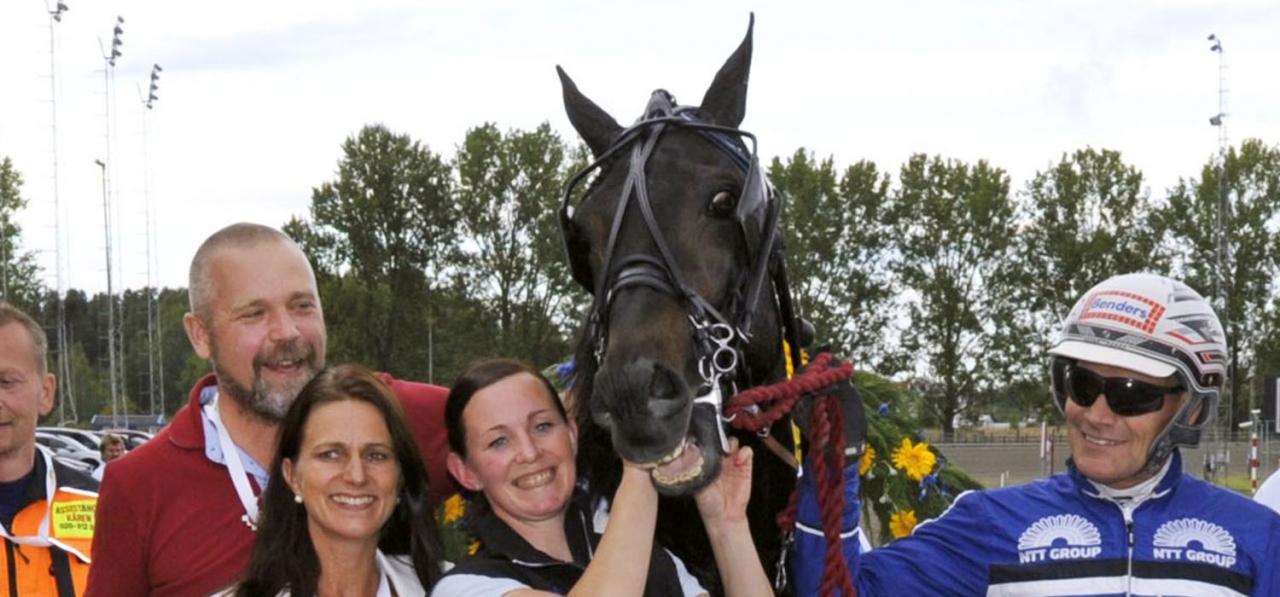 Donatello Sisu vann E3 Finalen 2016. Här med Olle och Jenny Larsson (tv), skötaren Lisa Aspman vid hästens huvud och kusken Stefan Söderqvist. Foto Martin Langels/ALN