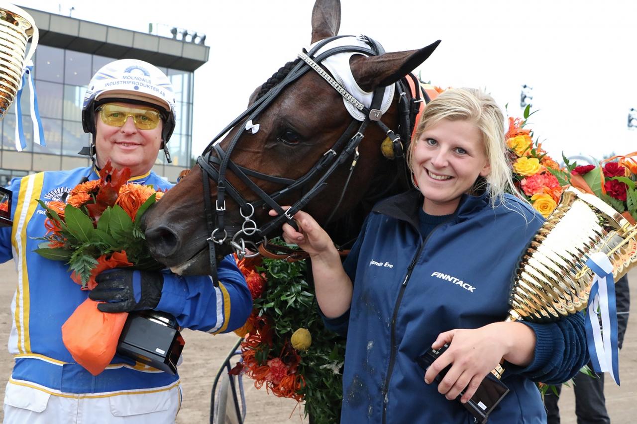 Veijo Heiskanen, Benjamin Evo och skötare Sandra Gustavsson i Vermos vinnarcirkel efter Derbytriumfen. Igår kvalade hästen på Åbytravet. Foto: Anu Leppänen