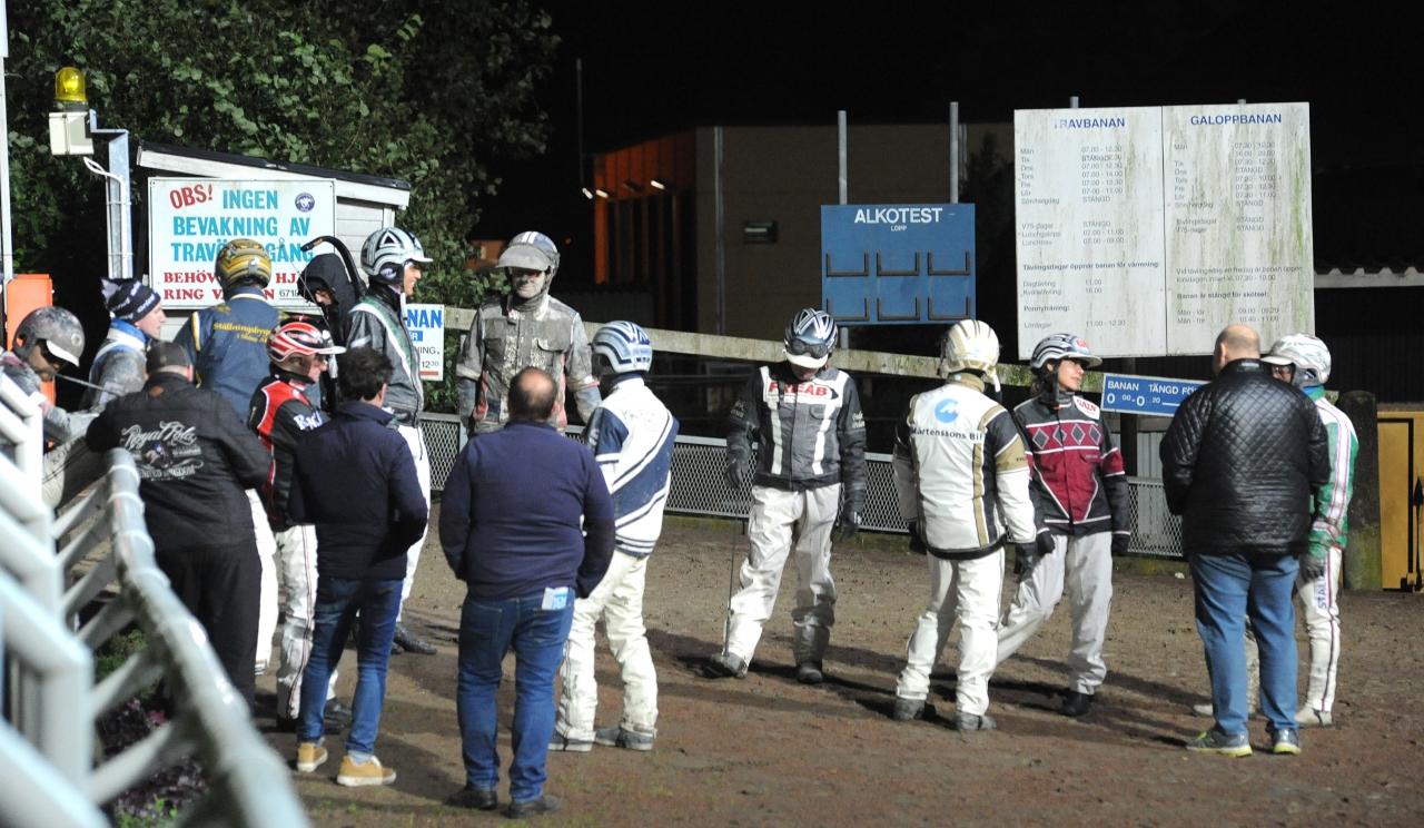 Jägersros tränarförening samlades vid defileringsvolten och strejkade en kvart när de skulle ha kört ut till V86-1 igår. Foto: Jörgen Tufvesson ALN