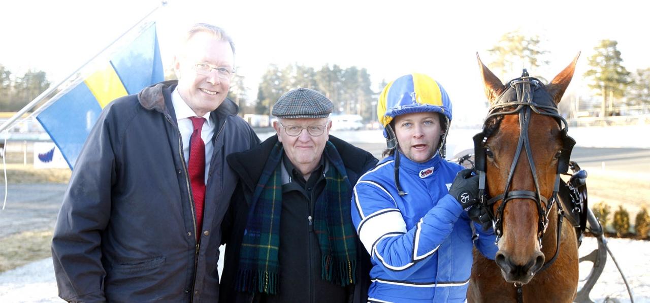 Roland Dahlstedt (mitten) var en van gäst i landets vinnarcirklar. Nu har han gått ur tiden och här är han tillsammans med ATG:s tidigare vd Remy Nilson, Erik Adielsson och hans vinstrikaste uppfödning Robis Ingo.  Foto: Micke Gustafsson/ALN