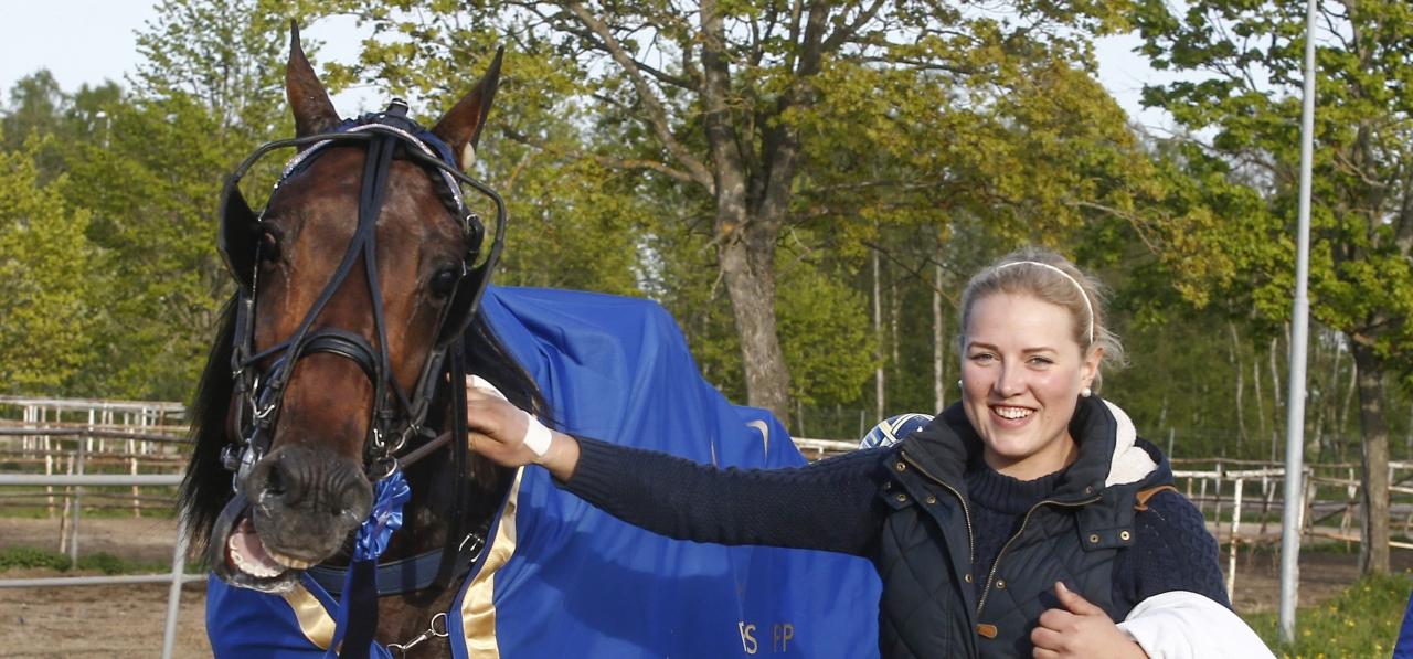 Magdalena Eriksson har passat många bra hästar såsom den på bilden varande Volstead. Nu ska hon och sambon Fredrik Linder stå på egna ben. Foto: Hanold/ALN