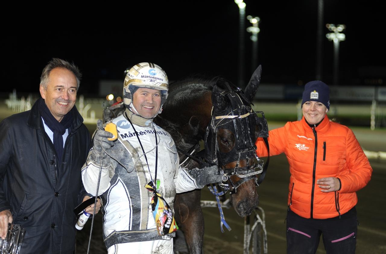 En lycklig Per Nordström efter segern med Önas Nougat i det andra försöket i Svensk Uppfödningslöpning. Foto: Jörgen Tufvesson/ALN.