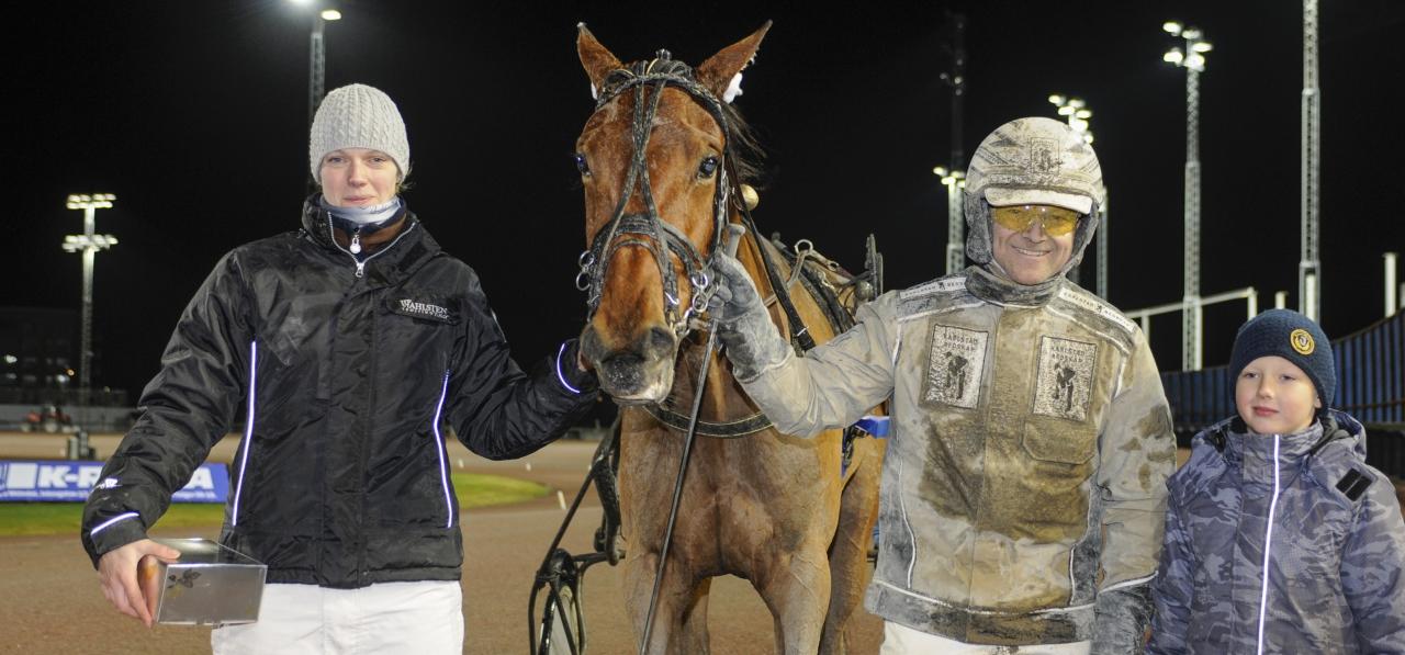 Malin Karlsson, sonen Rasmus och dåvarande kusken Magnus Jakobsson fick bege sig till Åbys vinnarcirkel i förra veckan. Blir det ett nytt besök där i Gävle? Foto: Sidmakarn
