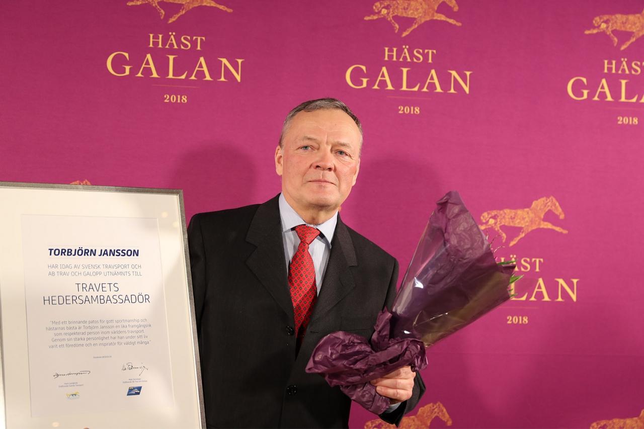 Torbjörn Jansson fick pris som Travets Hedersambassadör i lördags. Ikväll kör han kvällens bästa spikbud. Foto Jeannie Karlsson