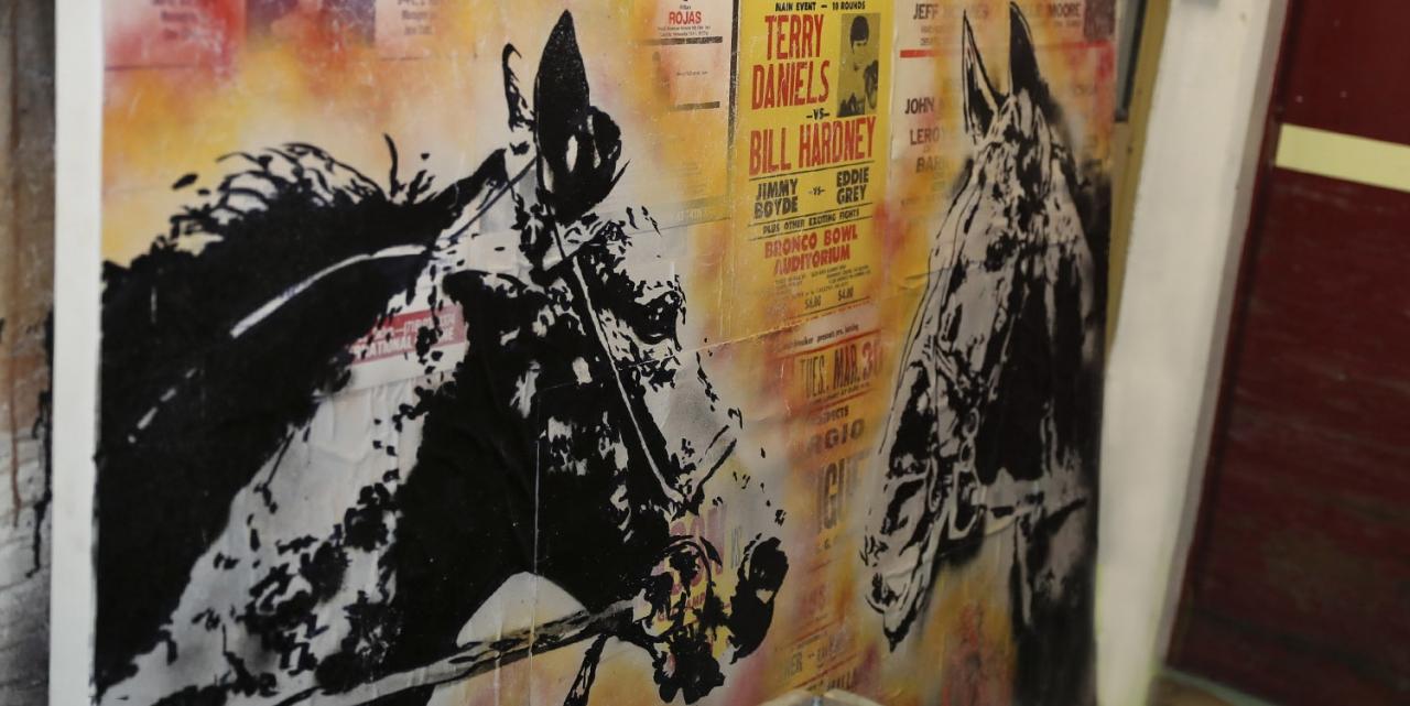 Det är inte bara hästar som säljs på Wenngarn på måndag. Bland annat visar Pamela Hanné upp en fotoutställning och delar av konstnären Marcus Grunérs travrelaterade verk kommer att finnas för påseende. Foto Jeannie Karlsson