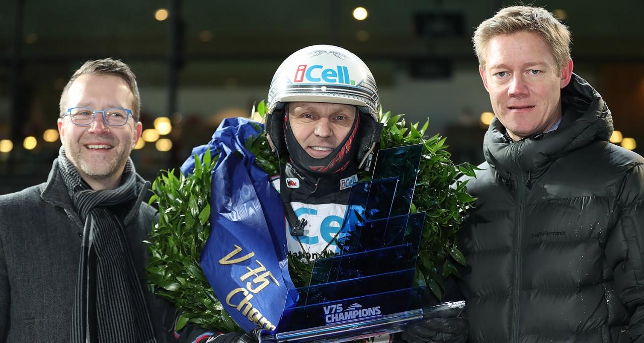 V75-champion Ulf Ohlsson, flankerad av Solvallas sportchef Anders Malmrot och ATG:s verkställande direktör Hasse Skarplöth. Foto: Jeannie Karlsson/Sulkysport
