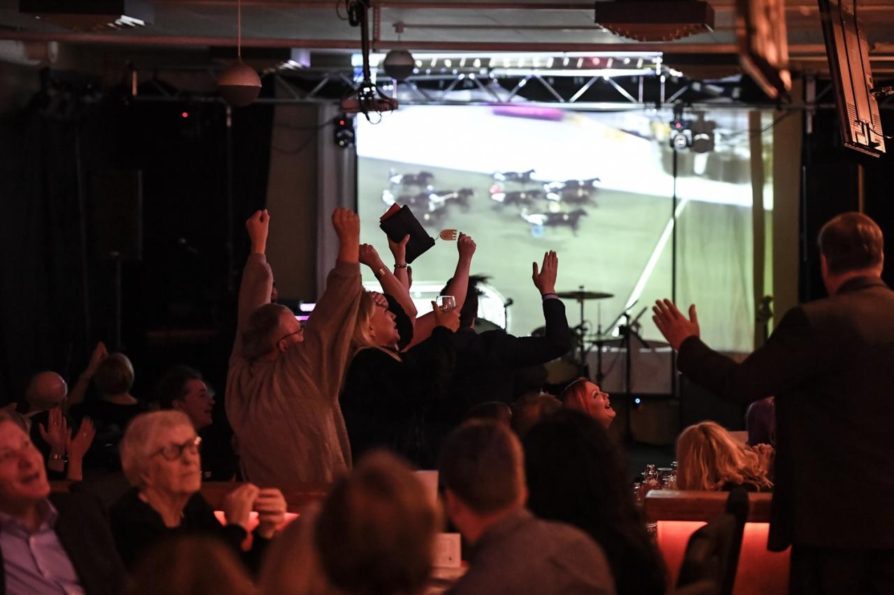 När Vic de Luxe vann bronsdivisionsfinalen på Solvalla jublades det på Umåkers travgala. Foto: Jenny Rehnman.