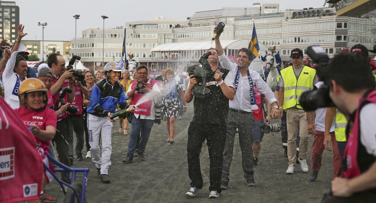 Vild segerglädje efter Timokos seger i Elitloppet förra året. Foto Jeannie Karlsson/Sulkysport