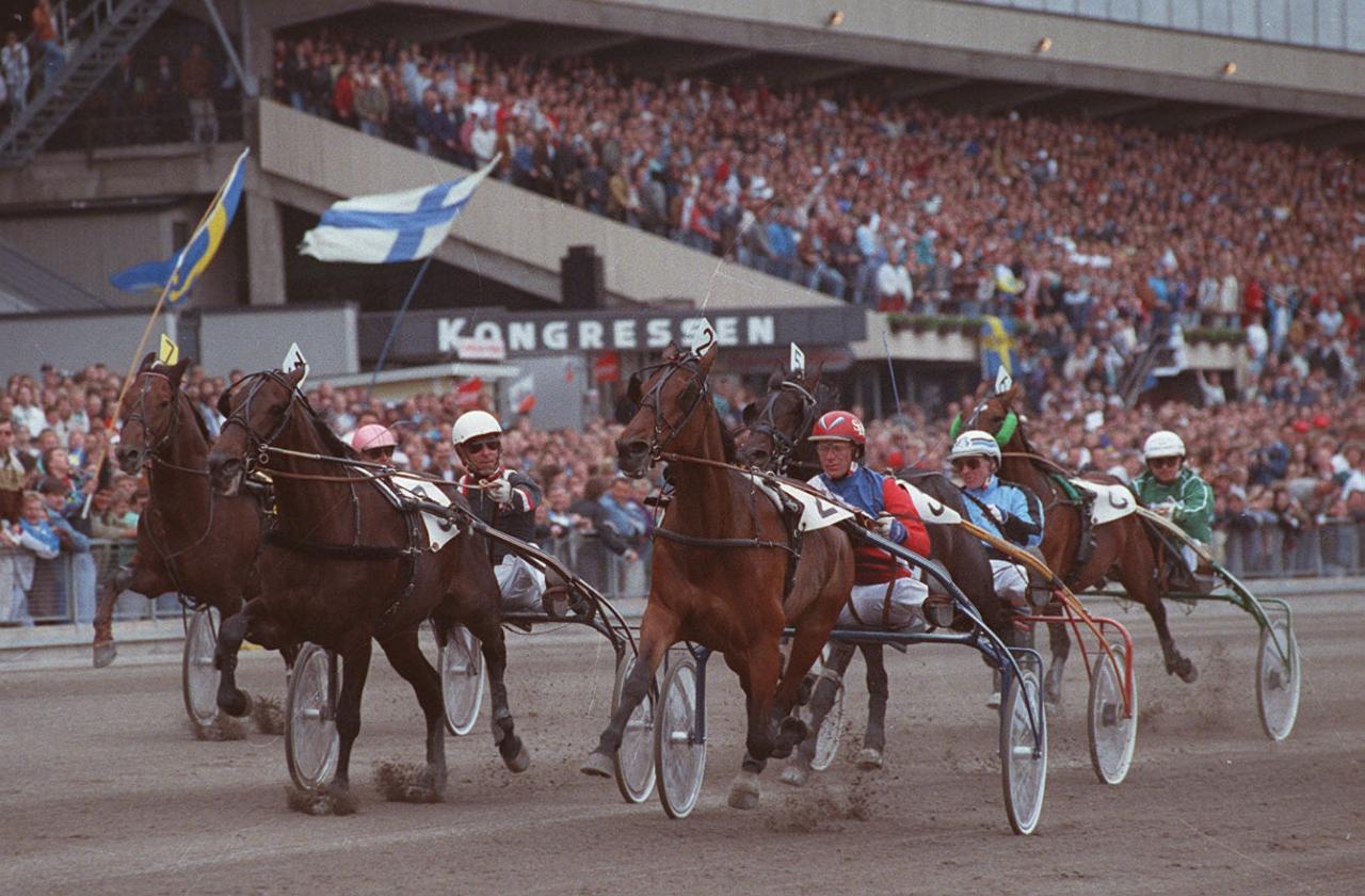 Stig H Johansson tar en av sina sju segrar under Elitloppshelgen 1991 med Peace Corps i Elitloppet före Kit Lobell. Foto: Stefan Melander/stalltz.se