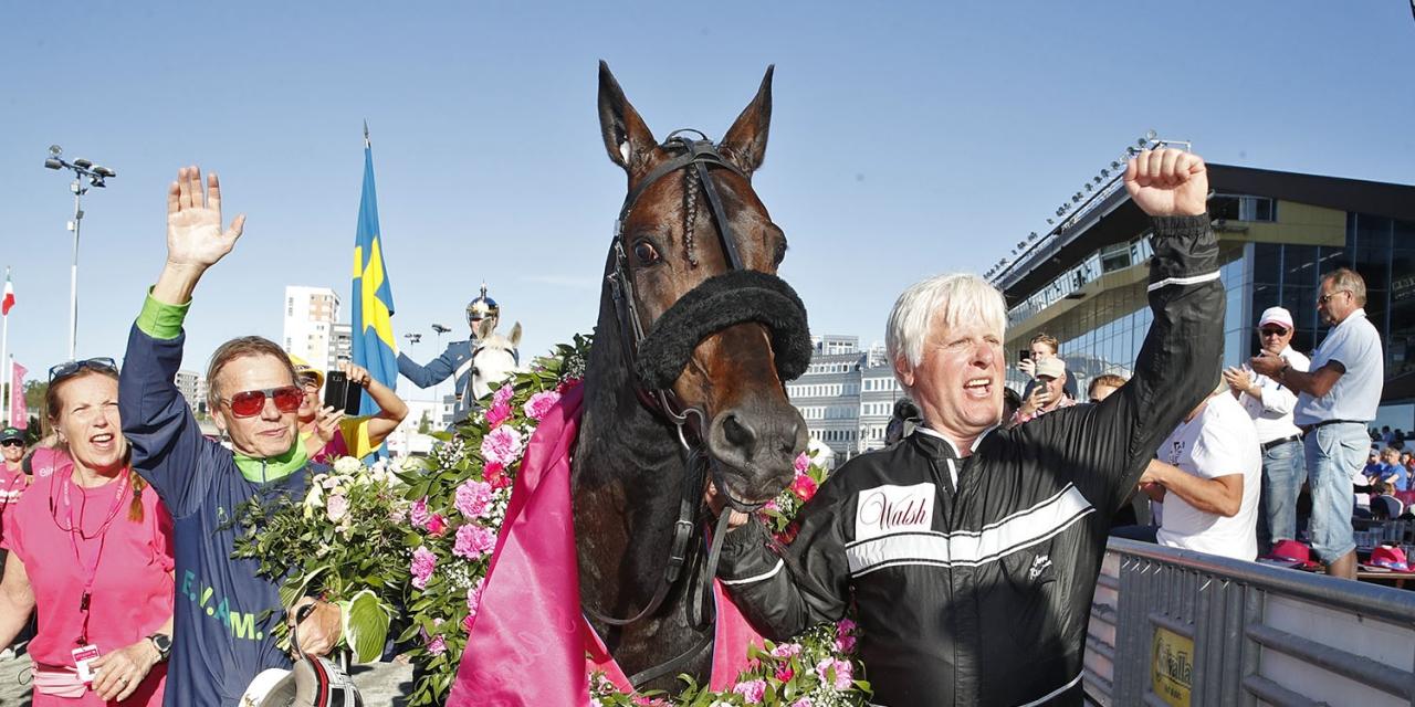 Wim Paal, Ringostarr Treb och Jerry Riordan efter segern i Elitloppet. Foto: Sulkysport