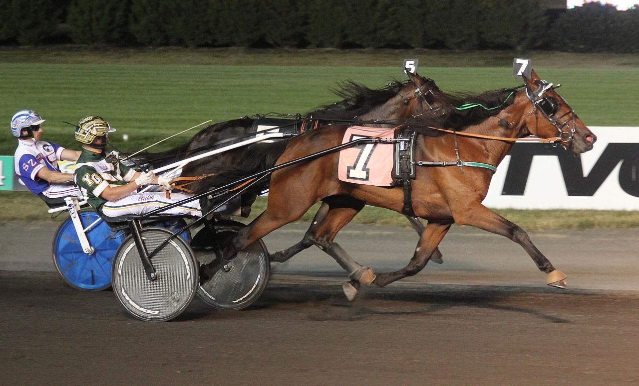 Whispering Oaks och Yannick Gingras vinner finalen i New Jersey Sire Stakes för tvååriga ston. Foto: Lisa Photo