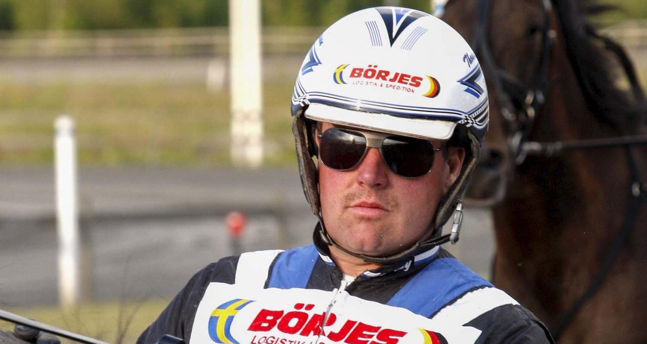 Thomas Jonsson, tränarchampion på Visbyytravet fem år i följd och i år med över miljonen kronor inkört. Foto: Hanold/ALN   Thomas Jonsson
