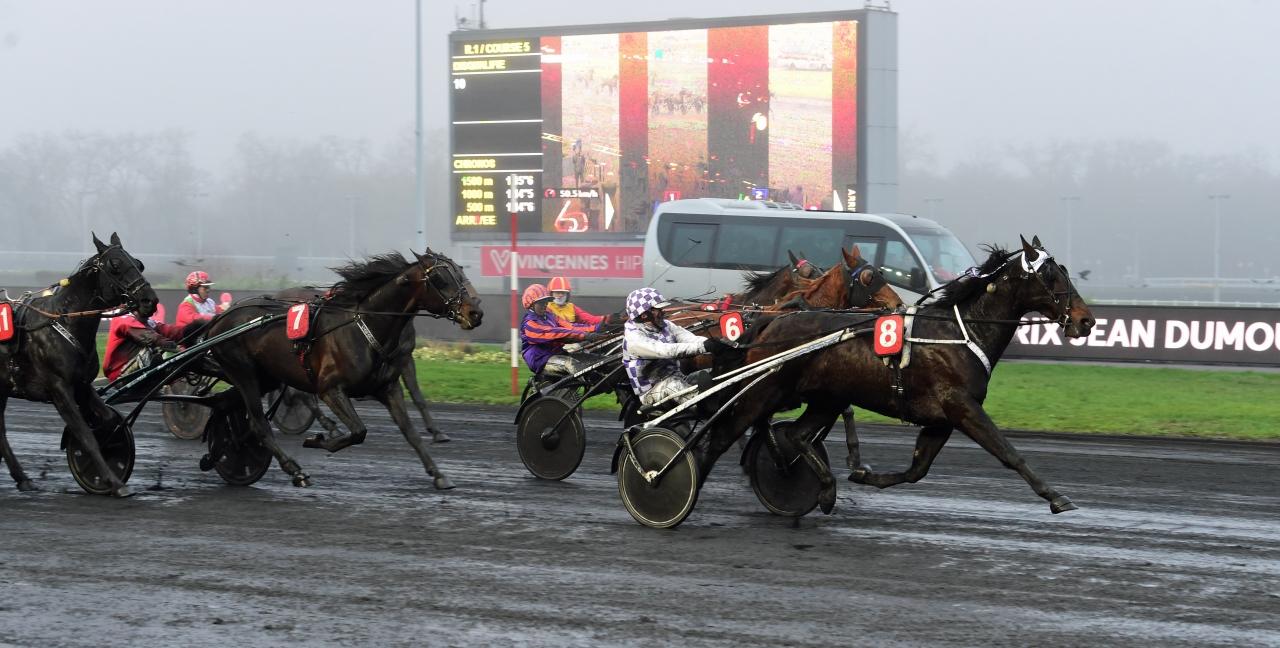 Balbir och Mickael Cormy tog hem Prix de Chateaudun och tredjeplatsen tog Carabiniere (7) och Franck Nivard. Foto Gerard Forni