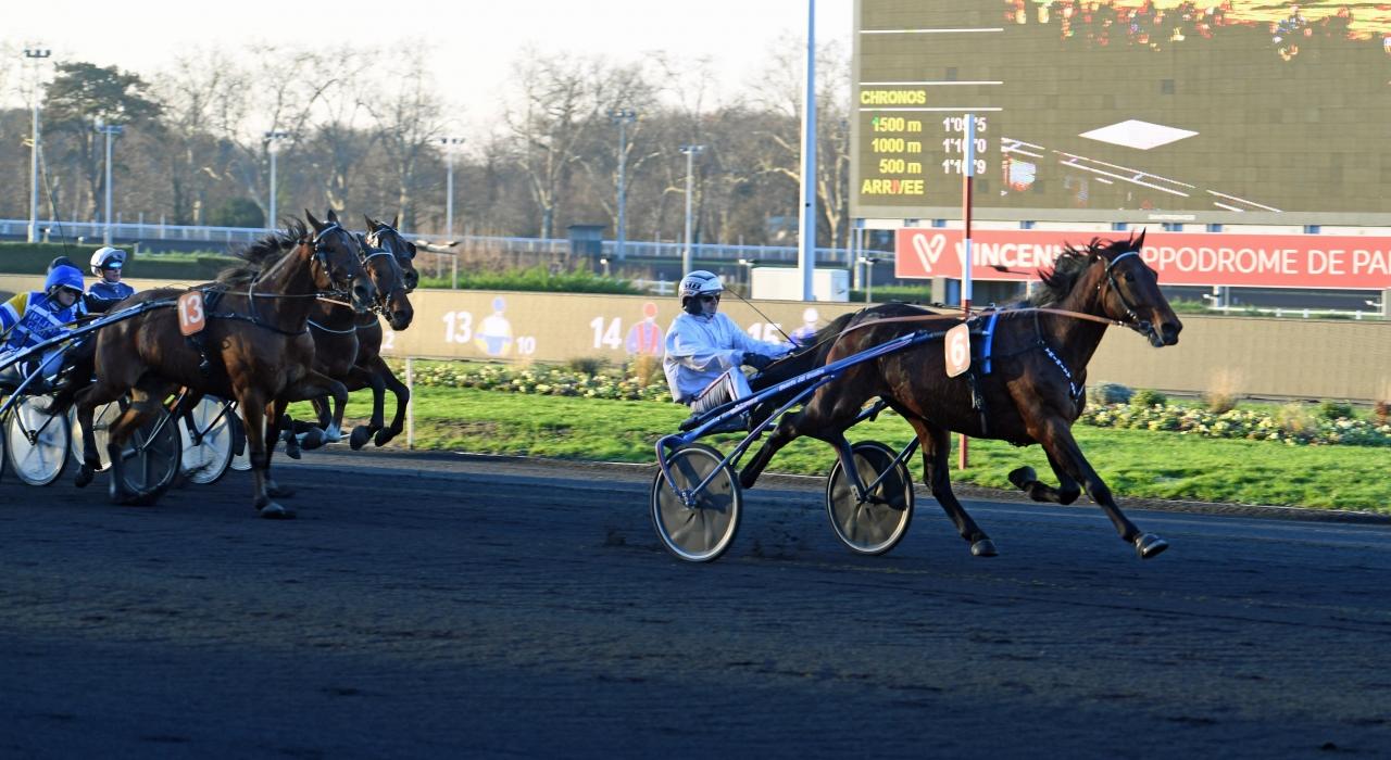 Trinity Lux inledde med seger för sin nya tränare Jean-Michel Bazire på Vincennes idag och i bakgrunden skymtar måltvåan Mellby Drake. Foto Gerard Forni