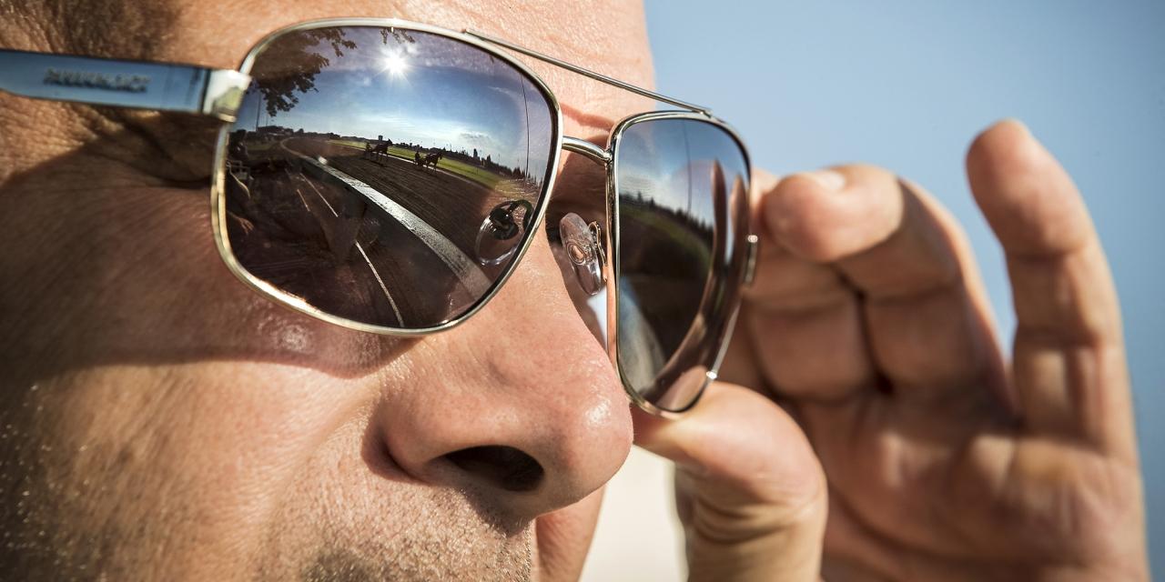 Syn på Takter, men blicken mot Per Engblom. Sulkysport trimmade häst på The Red Mile i Lexington i höstas. Foto Mia Törnberg