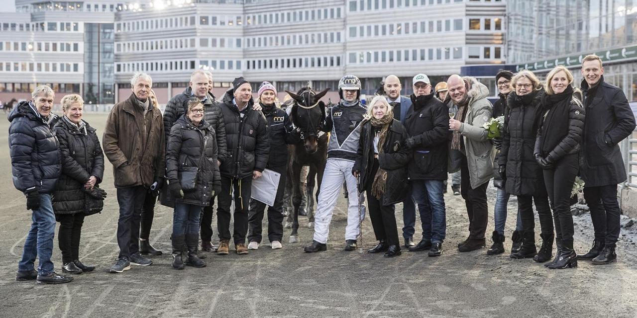 Segerglädje för många. Easy KB-ägde Dior Ima vann Margaretas Tidiga Unghästserie med nummer tolv på nummerbrickan. Foto Mia Törnberg