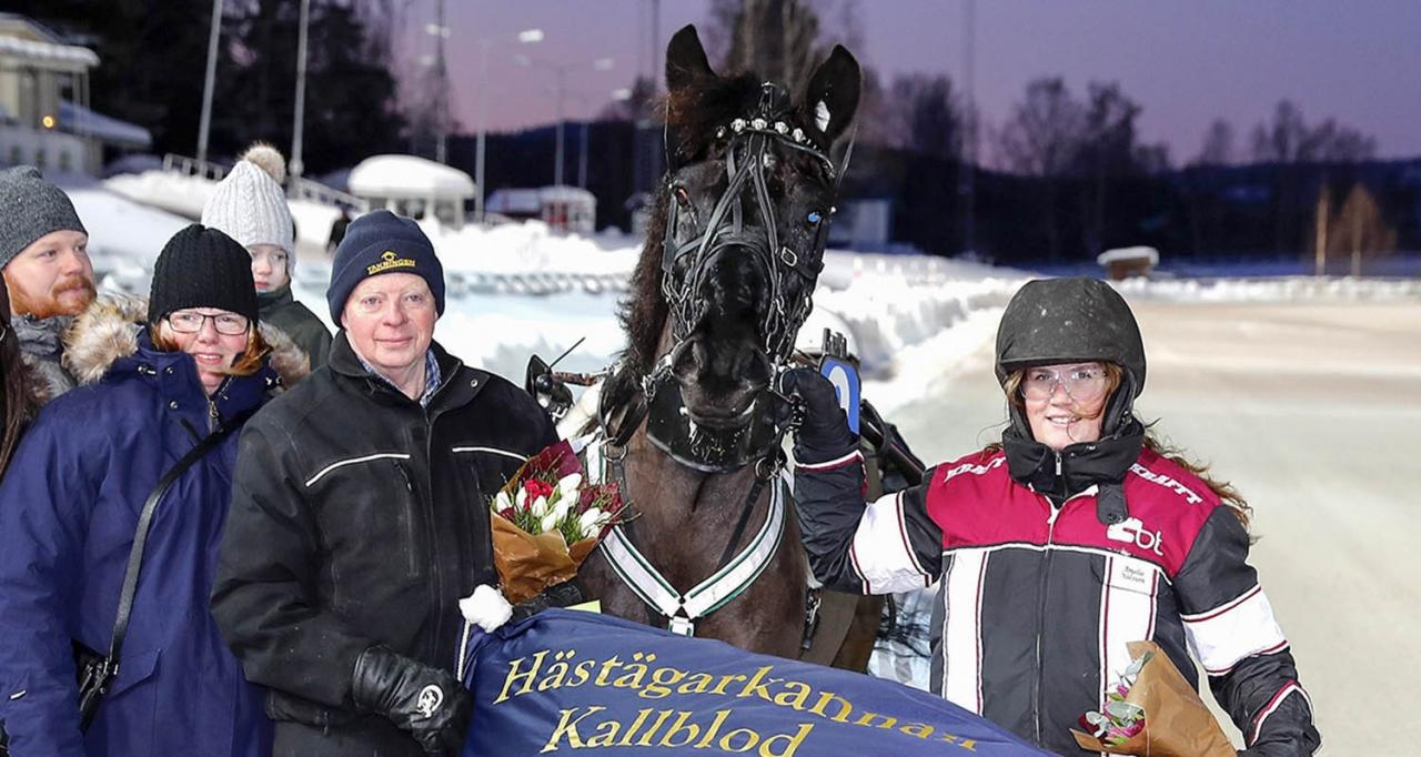 Håkan Norman, Husnäs Elving och Amelie Nilsson i vinnarcirkeln. Foto Micke Gustafsson/ALN