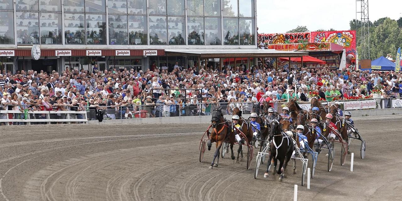 Sundbyholmstravet har nekats att bli spelombud för ATG och saknar idag tillstånd. Foto: Hanold/ALN Sundbyholm 20130629  Sundbyholmstravet med publik, Denim Boko med Per Nordström i ledningen efter 1200 meter, vinnaren Mellby Briolett med Johan Untersteiner som femte häst i andraspår E3-Final 2013 - Stoklass