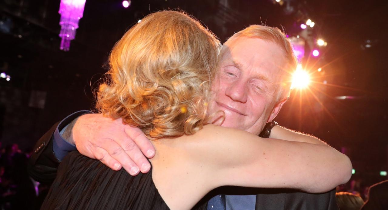 Stefan Melander kramar om Catarina Lundström efter att Nuncio röstats fram till Årets Häst 2016. Foto Mia Törnberg
