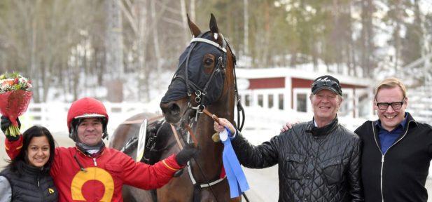 Fjolårets Derbysexa Pasithea Face årsdebuterar med att direkt vinna Stoeliten på Sundbyholmstravet. Foto Martin Langels/ALN