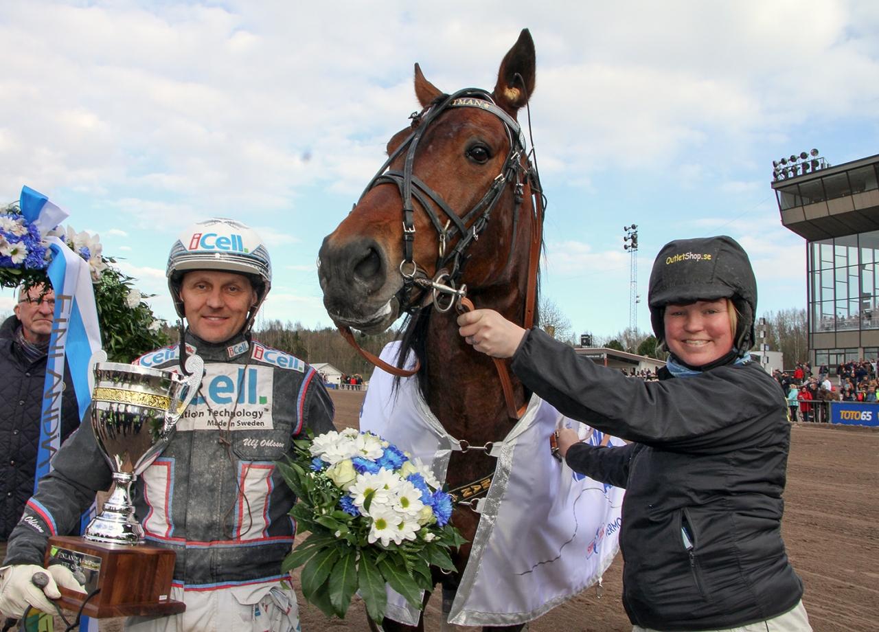 D.D.'s Hitman flankerad av Ulf Ohlsson och skötaren Laura Myllymaa. Foto Anu Leppänen/ravinetti.fi