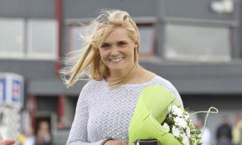 Maria Törnqvist får Joakim Sandkvists stipendium. Foto Mia Törnberg