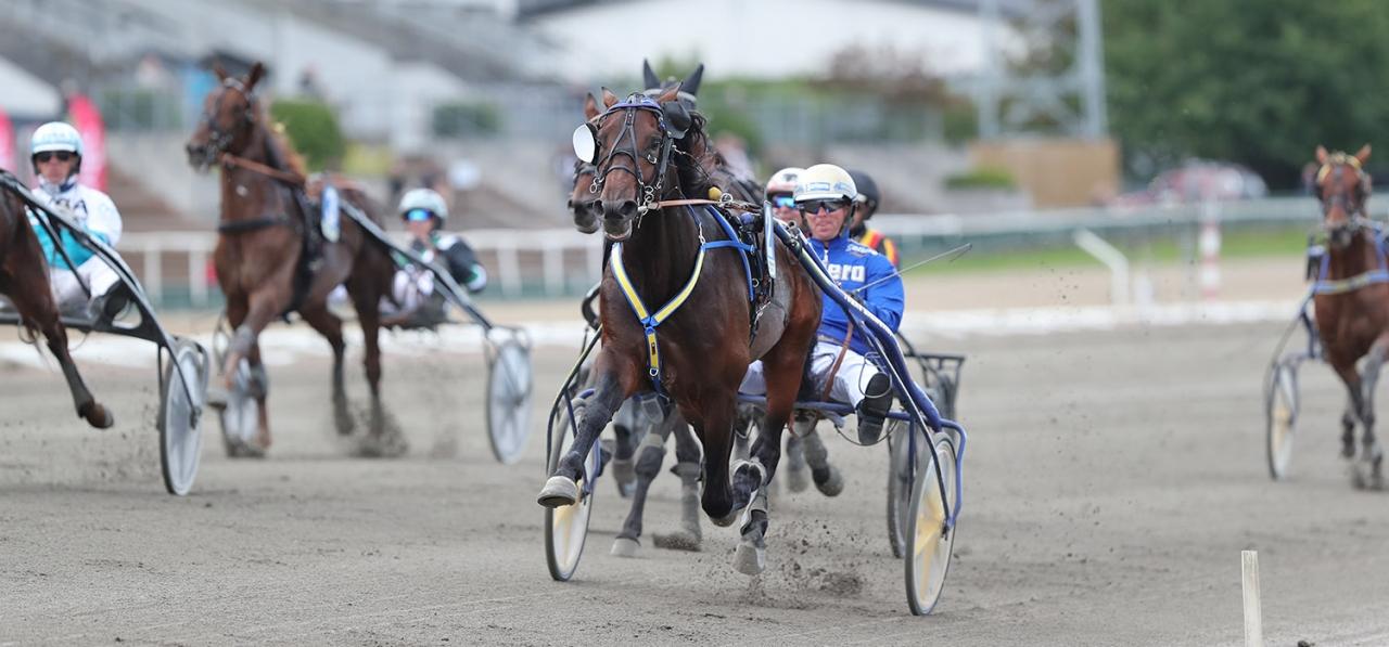 Calle Crown vid en tidigare seger med Björn Goop. Den 23 december startar Tomas Malmqvists travare i Criterium Continental. Foto Mia Törnberg