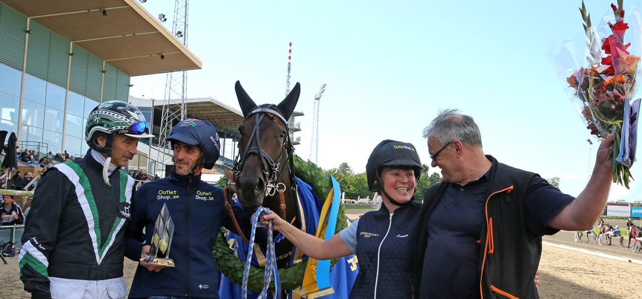 Glada miner i vinnarcirkeln efter Cash Crows seger i Derbystoet med kusken Johnny Takter, skötaren Laura Myllymaa och tränaren Petri Puro. Foto MIA TÖRNBERG