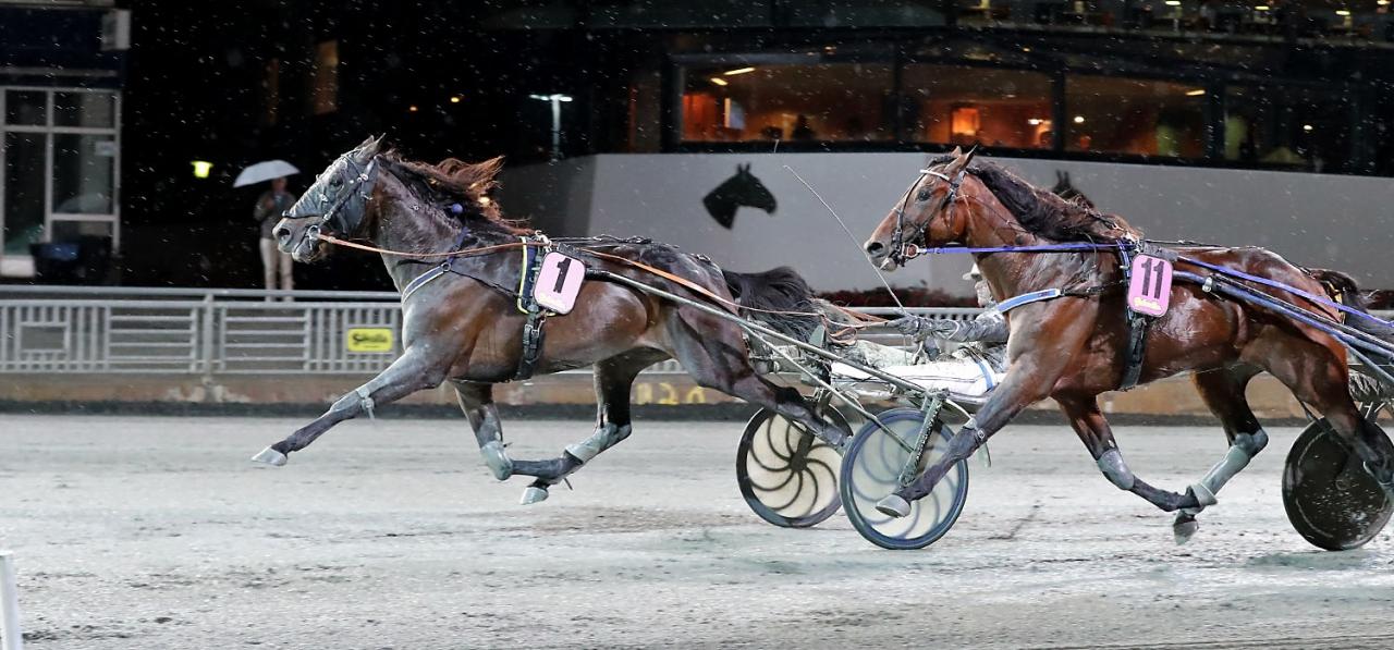 Gareth Boko spurtar till vinst för Christoffer Eriksson. Foto Mia Törnberg.