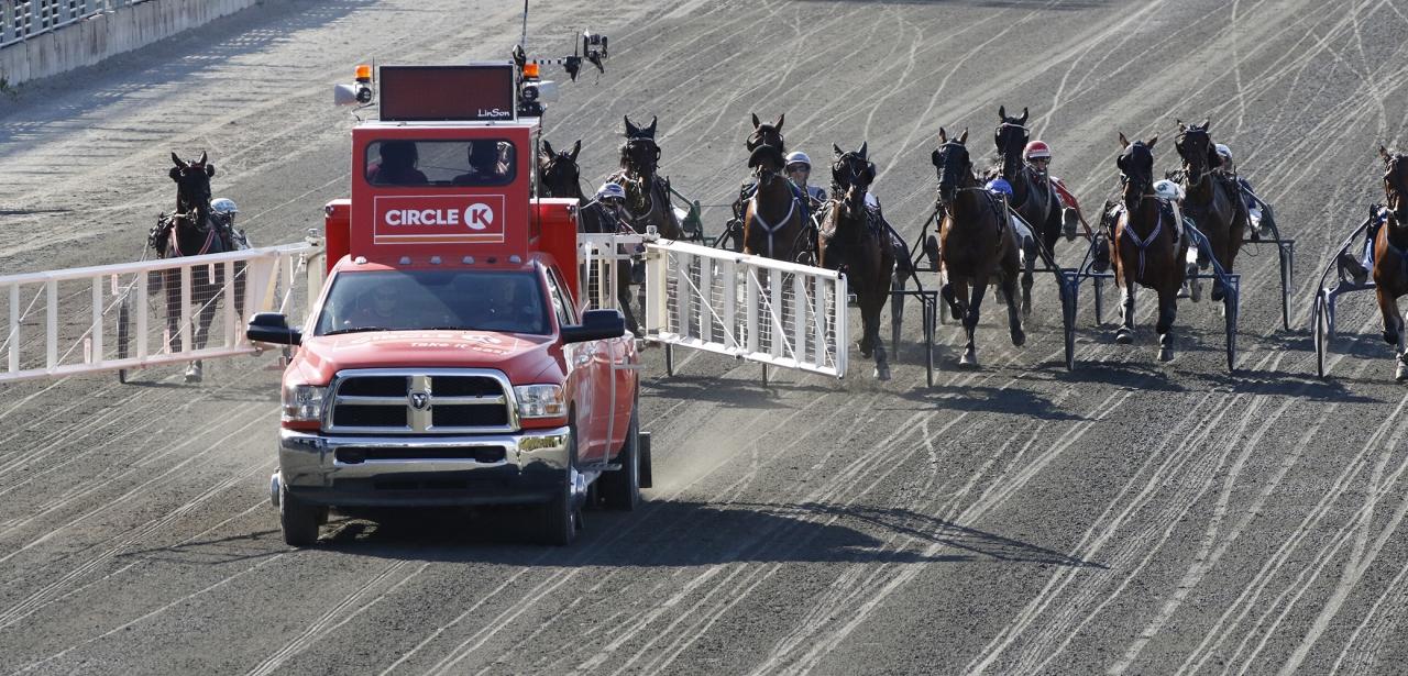 Tre varv ska hästarna allt oftare få springa i STL-loppens klassystem efter det att startbilen släppt iväg fältet. Foto Mia Törnberg