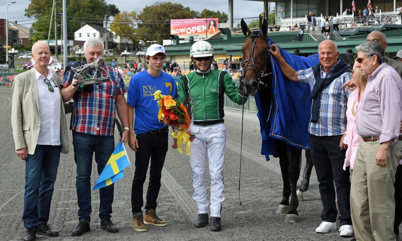 Glädje i vinnarcirkeln efter Sixpacks triumf. Delägarna Lars Appelberg, Håkan Hedenqvist, Jan-Evert Pettersson poserar tillsammans med Åke Svanstedt och Jeff Gural. Foto Gerard Forni