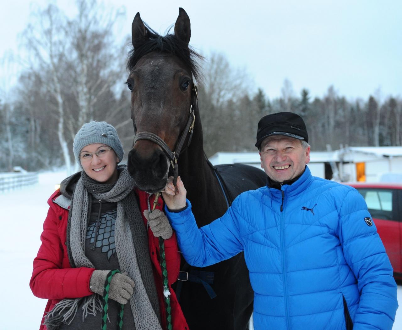 Elena och Mykola Wolf tillsammans med nyförvärvet Nato Dream. Foto: stalltz.se