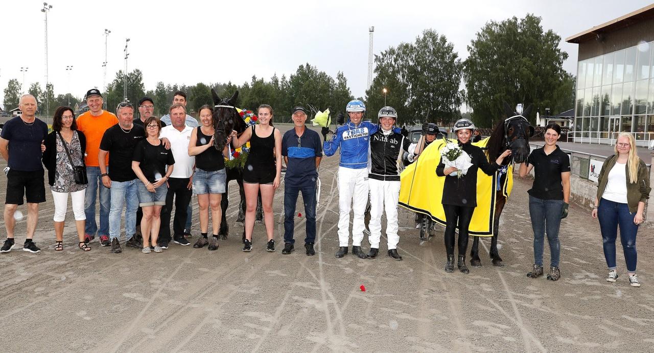 Dött lopp mellan Moddelina med Robert Skoglund (höger) och Silver Sprinta med Rikard N Skoglund (vänster). Foto Micke Gustafsson/ALN