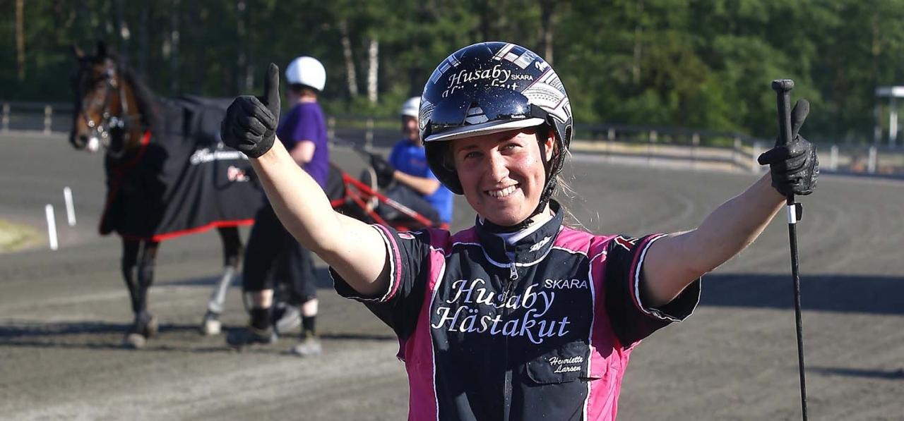 Henriette Larsen efter segern med Masterglide i Hertiginnan av Västergötland Kronprinsessan Victorias lopp 2018. Foto Hanold/ALN