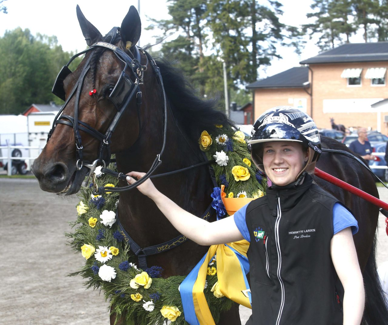 Poet Broline med skötare Henriette Larsen, Sulkysport, Travsport