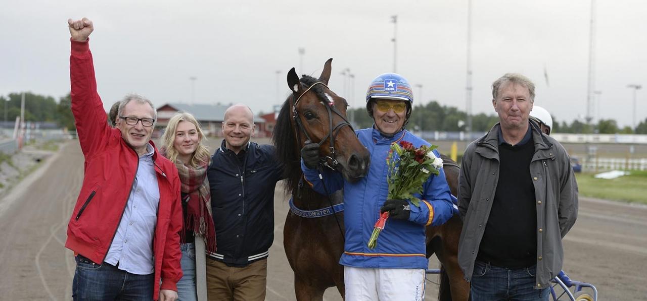 Stjärnblomster efter seger i Gävle. Stig Wiklund står längst till vänster och firar segern med högerarmen i skyn. Foto Christer Norin/ALN