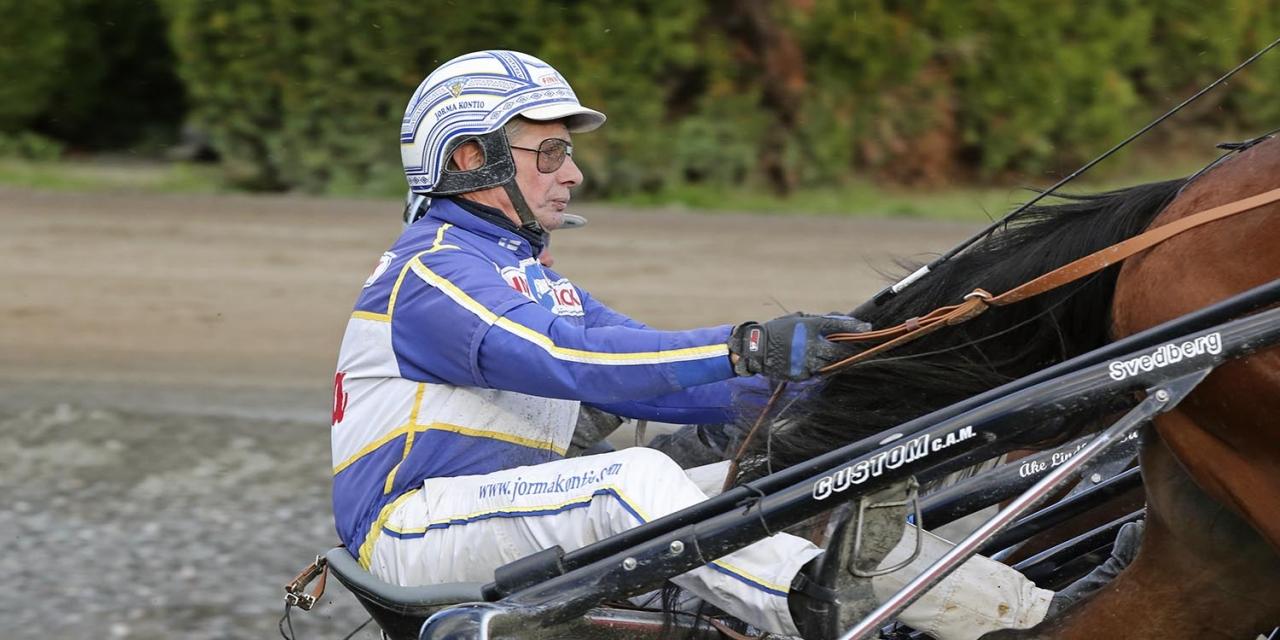 Jorma Kontio kör ett av våra två singelstreck inom V75-spelet. Foto Mia Törnberg/Sulkysport