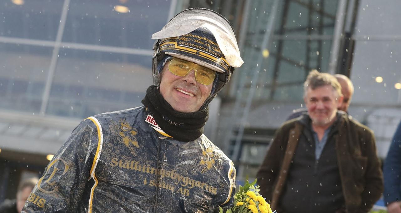 Conrad Lugauer tränar omgångens två spikbud. Foto Mia Törnberg/Sulkysport