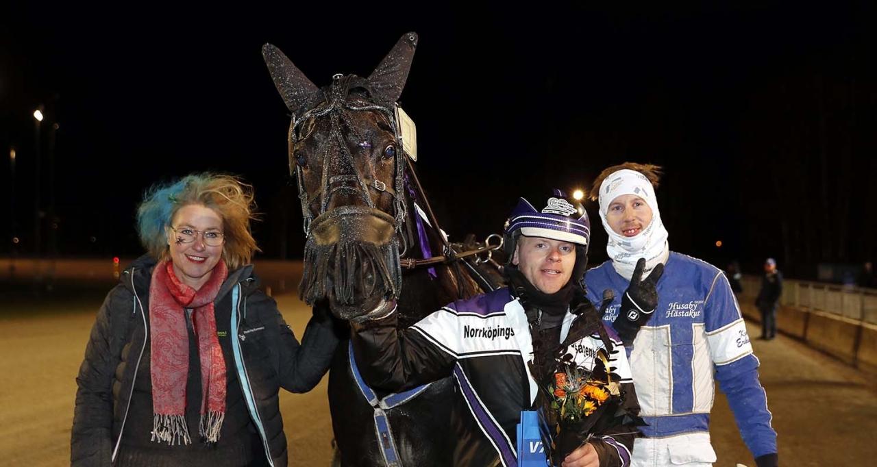 Speedy Foxy Vicane bärgade årets första fullträff när hon vann dagens silverdivision på Romme. Foto Micke Gustafsson/ALN