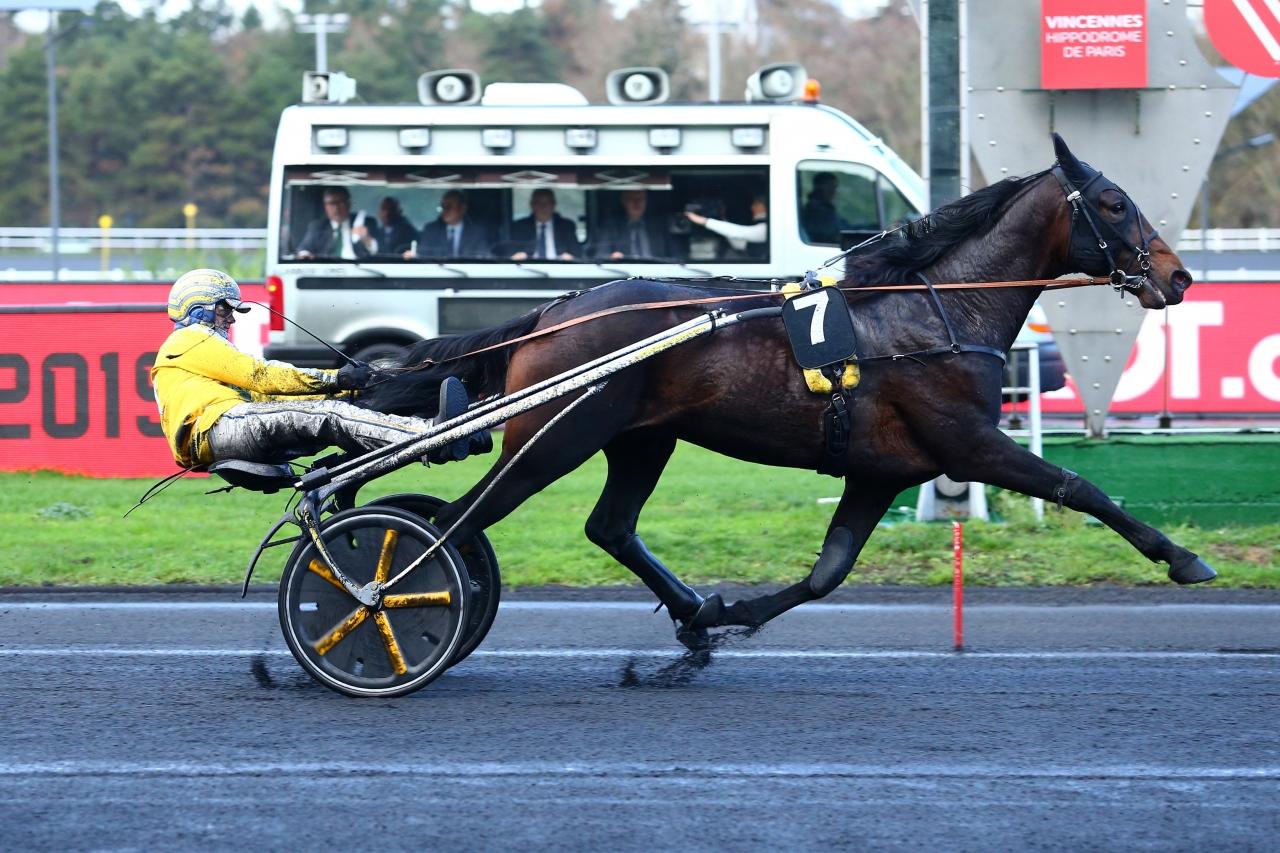 Jarmo Niskanens Earl Simon och Franck Ouvrie vann på Vincennes idag och såg till att Ecurie Skytten fick 54.000 euro. Foto Scoopdyga