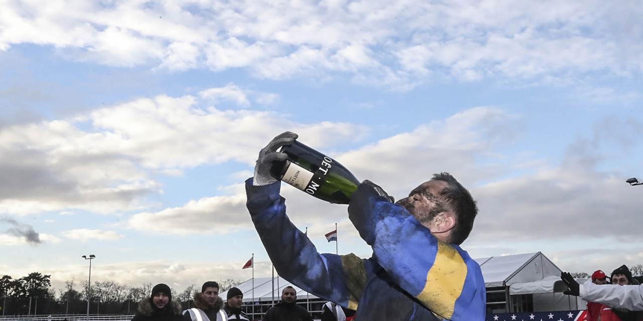 Jean Michel Bazire firar med champagne efter segern. Foto Mia Törnberg