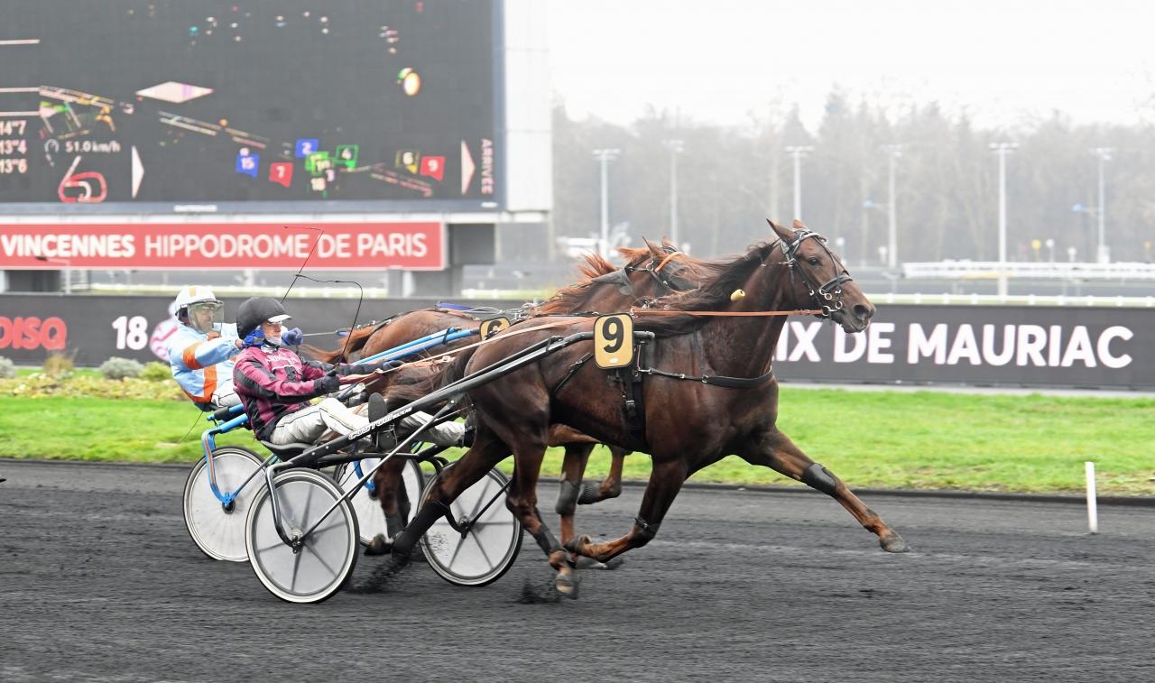 Franck Ouvrie och The Bucket List F. spurtar till vinst trots ett galoppinslag under vägen. Foto: Gerard Forni