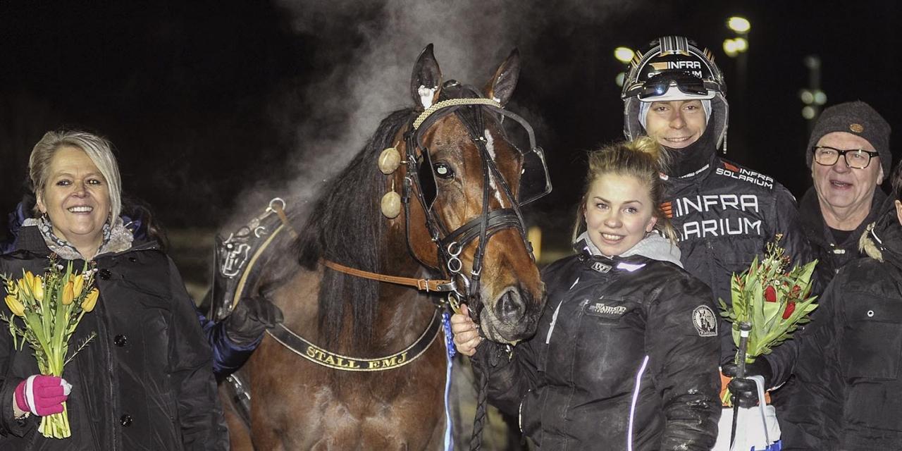 24-åriga Emma M Johansson fick som hemmaamatör uppleva en V75-seger när   hennes Ritz Guiness långspurtade till vinst med Markus Niklasson. Foto Jörgen Tufvesson/ALN