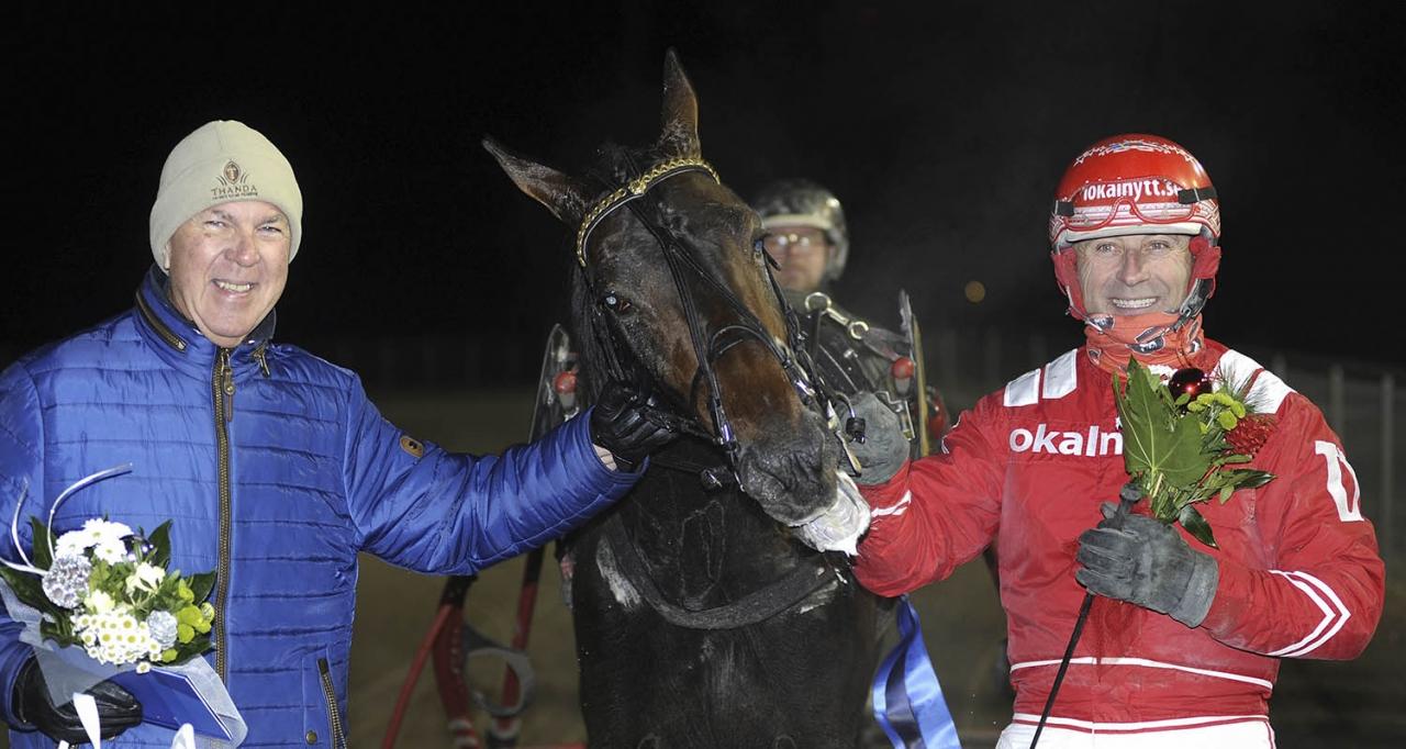 """""""Jag är halvpensionär och försöker njuta och titta på hästarna. Travsporten är ett jättestort intresse"""", säger hästägaren Leif Bergwall. Här ses han med Tiger Face och Peter Untersteiner efter V75-seger i Halmstad. Foto Jörgen Tufvesson/ALN"""