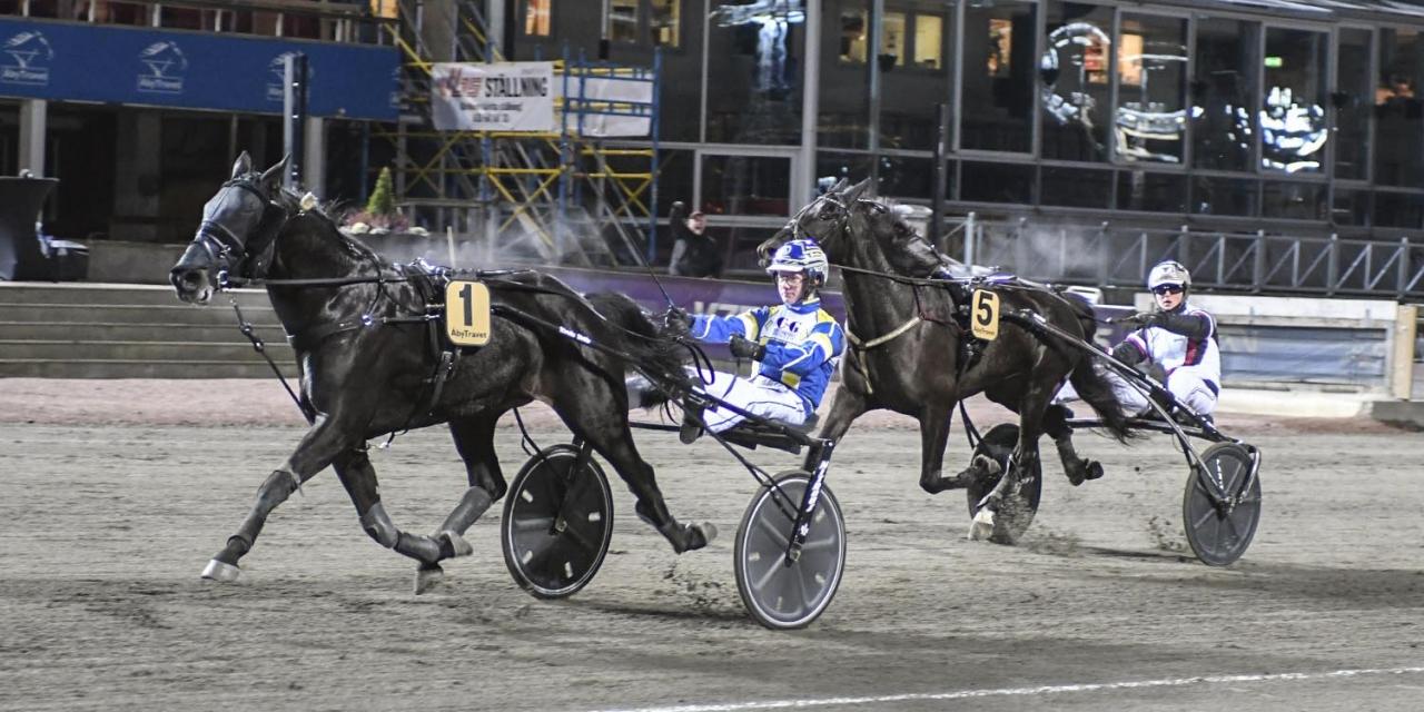 15-årige Gustav Johansson styrde Vexil Kronos till seger, före den yngsta segerkusken med stor häst genom alla tider på svensk mark – sett till nuvarande regler – Dante Kolgjini. Foto Sidmakarn