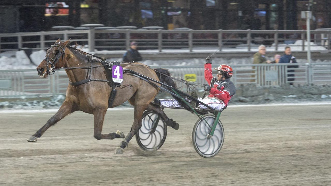 Mats Gunnarsson hade gott om tid att göra segergest när hans Wind Knight spuertade ifrpån medtävlarna. Foto: Tommy Andersson, ALN
