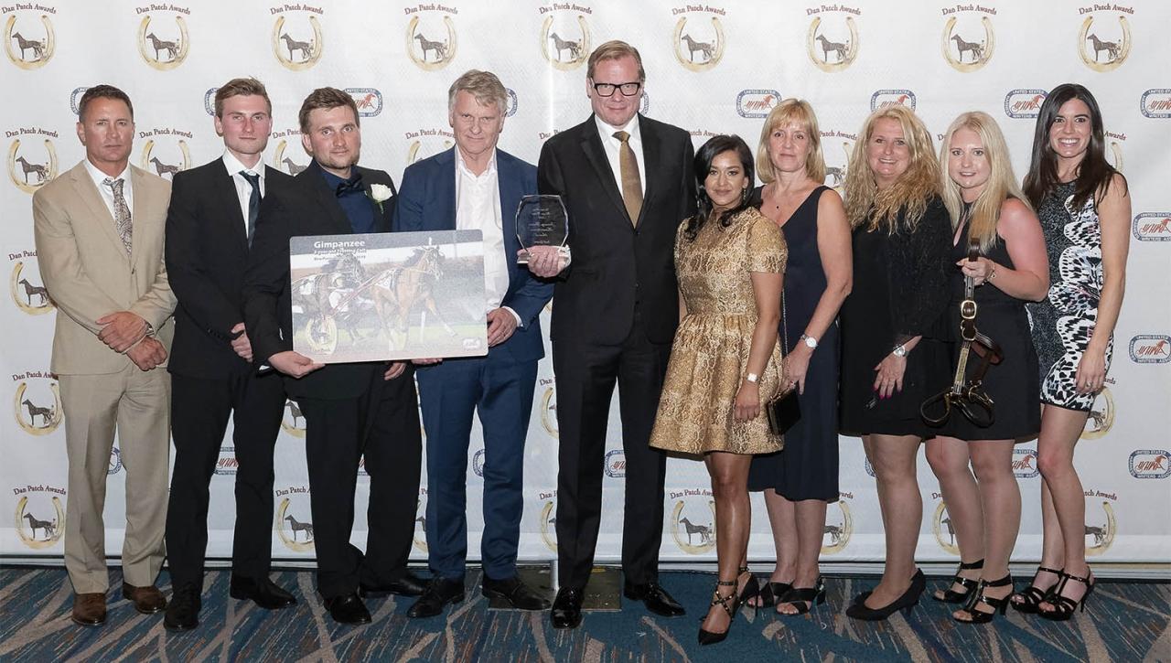 Prisade vinnare på Dan Patch Awards med krönikören i Fokus. Foto Chris Gooden/USHWA