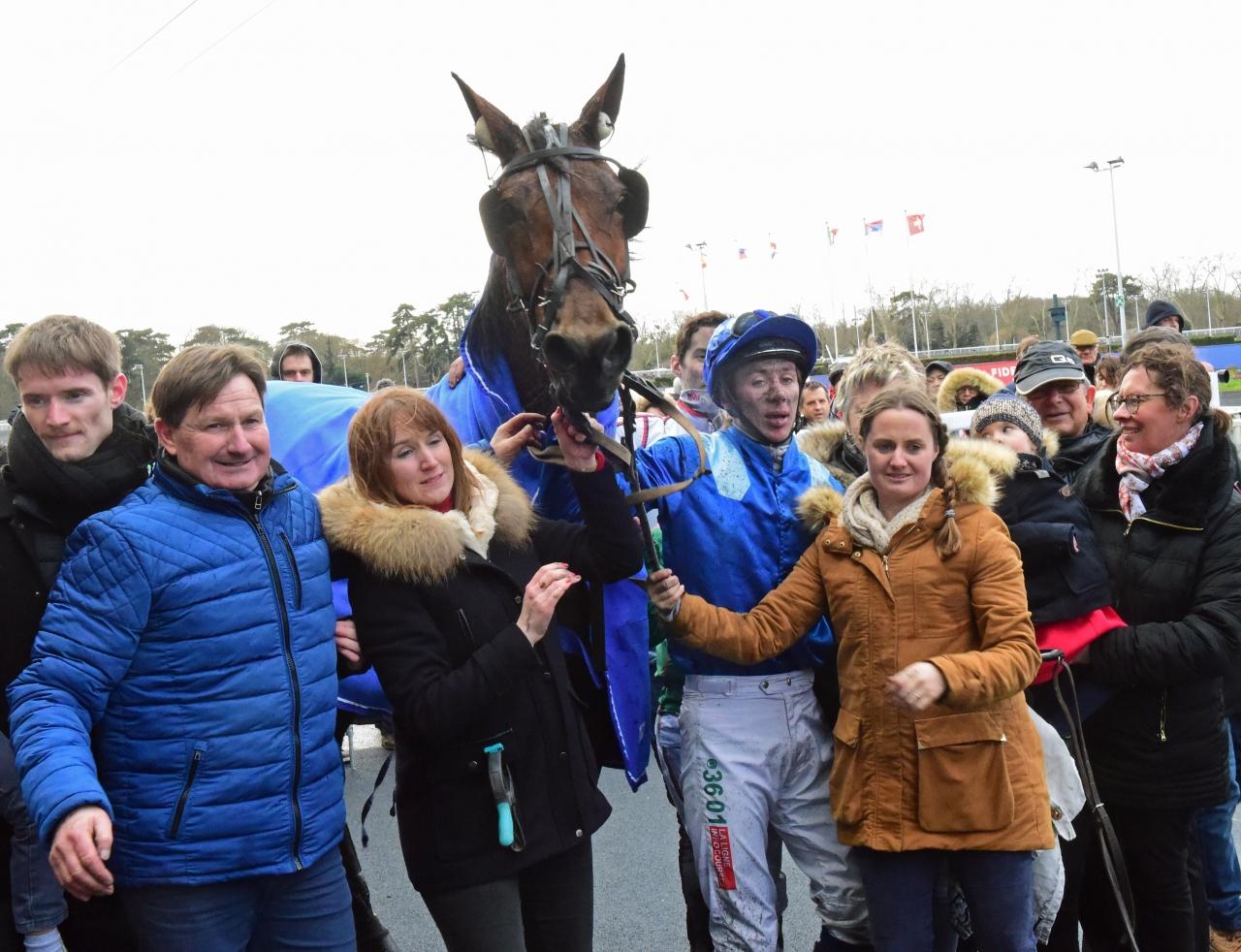 Evangelina Blue vann Prix des Centaures och här tillsammans med ryttaren Mathieu Mottier och tränaren Jean-Philippe Mary (t.v. i blå jacka). Foto: Gerard Forni