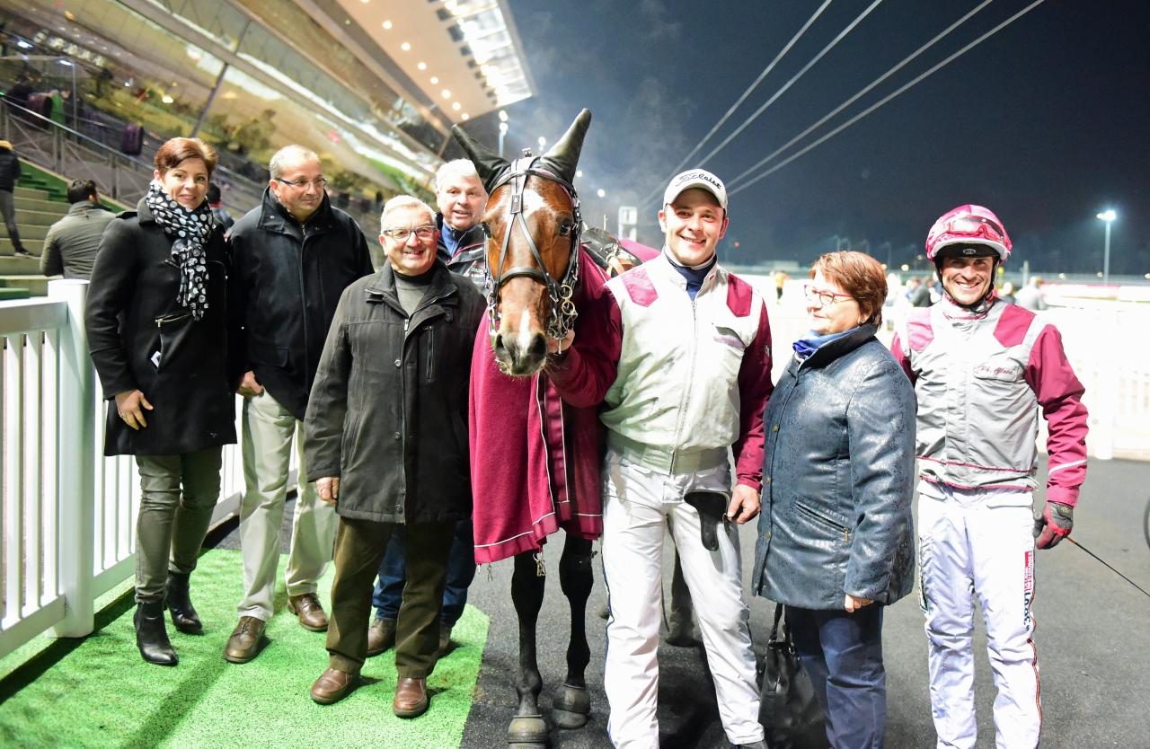 Gotland efter en av sina sex segrar. I bakgrunden skymtar hästens tränare Philippe Allaire. Foto: Gerard Forni